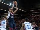 Americký basketbalista Anthony Davis (u míče) nad hlavami reprezentantů...