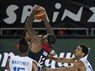 DeMarcus Cousins (v tmavém) proti přesile reprezentantů Dominikánské republiky,...