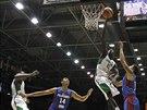 Senegalský basketbalista Mouhammad Faye (v bílém) zakončuje na koš Filipín,...