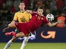 Belgický fotbalista Kevin Mirallas (v červeném) předskakuje před Marka...