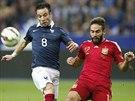 Mathieu Valbuena (vlevo) z Francie a Daniel Carvajal ze Španělska v souboji o...