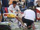 OŠETŘOVÁNÍ. Kei Nišikori si ve čtvrtém setu čtvrtfinále US Open nechal ošetřit...