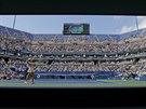 Netradiční pohled na semifinále US Open mezi servírující Caroline Wozniackou a...