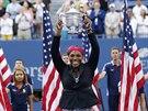 ŠAMPIONKA. Serena Williamsová už pošesté mohla pozvednout trofej pro vítězku US...