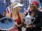 ŠŤASTNÉ FINALISTKY. Poražená Caroline Wozniacká a vítězka Serena Williamsová...