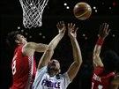 Francouzský basketbalista Joffrey Lauvergne (uprostřed) v akci, vlevo je...