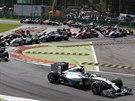 UJEDU VÁM. Nico Rosberg (na prvním místě) krátce po startu Velké ceny Itálie