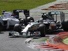 V ZATÁČCE. Lewis Hamilton (vpravo) se snaží předjet Felipeho Massu na okruhu v...
