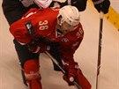 Pardubický obránce Petr Čáslava (v červeném) bojuje o puk v utkání hokejové...
