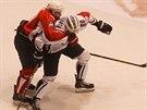 Pardubický útočník Tomáš Kaut (v červeném) bojuje o puk v utkání hokejové Ligy...