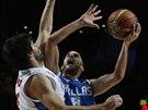 Řecký basketbalista Nick Calathes (vpravo) zkouší skórovat přes Miloše...