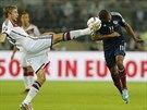 MÁM JEDNU NOHU DLOUHOU. Německý fotbalista Christoph Kramer (vlevo) bojuje o...