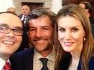 Španělská královna Letizia ještě coby princezna zapózovala pro seflie (San Millán de La Cogolla, 28. května 2014).