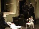 Policisté z Útvaru rychlého nasazení (URNA) nacvičovali v Divadle Na Fidlovačce...