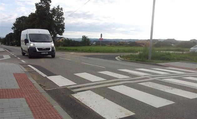 P�echod pro chodce s vodicím pásem pro nevidomé je sou�ástí nové zastávky MHD...