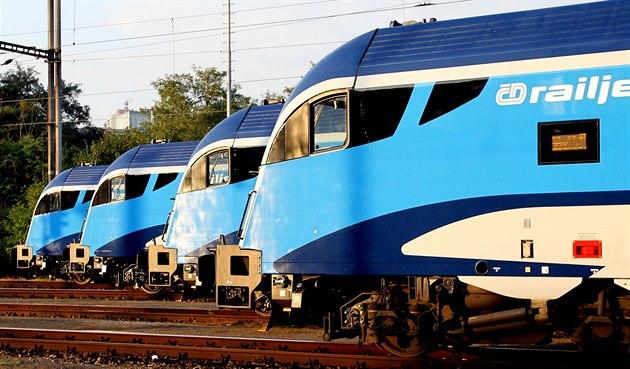 �eské dráhy ukázaly v�echny své dosud p�evzaté soupravy Railjet vedle sebe (7....