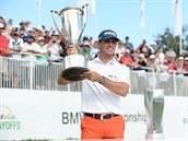 Americký golfista Billy Horschel s trofejí pro vít�ze BMW Championship.