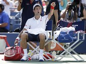 Srbský tenista Novak Djokovič gestikuluje na lavičku během semifinále US Open.