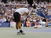 Japonský tenista Kei Nišikori se zklamaně ohýbá ve finále US Open.