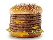Osm plátk� hov�zího uvnit� sendvi�ové housky - to je Monster Mac od McDonald's.