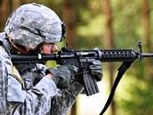 Americký voják při střelbě z karabiny IIC (Improved Individual Carbine) firmy Colt