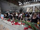 Obyvatelé Beslanu truchlí v troskách �kolní t�locvi�ny. Na místo, kde stovky...