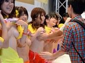 Japonské pornohere�ky se nechaly osahat pro charitu.