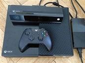 Xbox One s pohybovým a hlasovým ovládáním Kinect a ovladačem