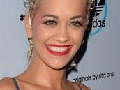 Britská zpěvačka a herečka Rita Ora si na představení kolekce adidas v Londýně...