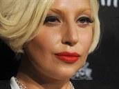 Chce-li být Lady Gaga za opravdovou dámu, volí klasické líčení v podobě černé...