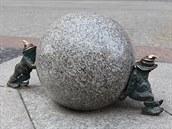 Jeden z nejvyhledávan�j�ích výjev� � dva sk�ítci Sysifové valí kouli.