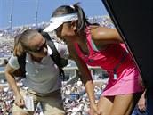 Pcheng Šuaj (v řůžovém) má během semifinále US Open křeče, nakonec zápas vzdala.