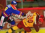 �eskobud�jovický hokejista Martin Semrád (vlevo) srá�í k ledu jihlavského...