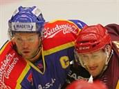 �eskobud�jovický hokejista Josef Straka (vlevo) a jihlavský Ond�ej Malec...