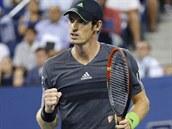 ZAŤATÁ PĚST. Andy Murray oslavuje vyhraný fiftýn ve čtvrtfinále US Open s...