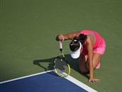 NEJDE TO. Pcheng Šuaj se sesunula k zemi, v průběhu semifinále s Caroline...