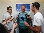 TENISTA REPORTÉREM. Před odletem do Paříže si Radek Štěpánek (vpravo) zkusil i...