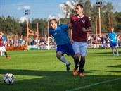 Sparťanský záložník Marek Matějovský (vpravo) pozoruje míč v utkání domácího...