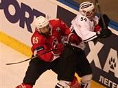 Pardubický hokejista Tomáš Marcinko (v červeném) bojuje o puk v utkání Ligy mistrů proti TPS Turku.