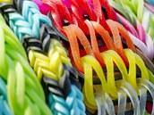 Z gumiček lze uplést náramky s nejrůznějšími vzory.