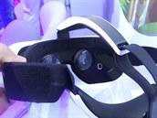 Náhlavní souprava Samsung Gear VR s dvěma čočkami. které upravují obraz z...