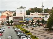 Malebné historické nám�stí st�edo�eského m�ste�ka Sedl�any uzavírá nákupní d�m...