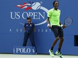 Francouzský tenista Gaël Monfils emotivně slaví zisk míčku v osmifinále US Open.