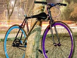 Bicykl se zamkne r�mem kola.