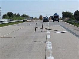 Uzavírka, kterou opilý řidič kamionu na dálnici D2 projel.