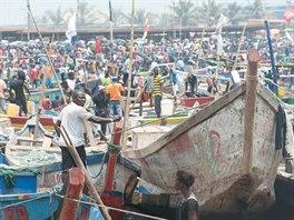 Barevných lodí v přístavu Sekondi-Takoradi je stále stejně, úlovků však rapidně...