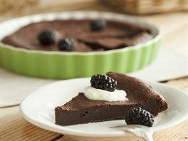 Čokoládový dortík se šlehačkou a ostružinami