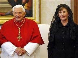 Na návštěvu papeže Benedikta XVII. oblékla Laura Bushová závoj zvaný mantilla, který je oblíbený zejména v katolickém Španělsku.
