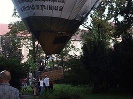 Nouzové přistání balonu u kulturního domu Střelnice v Hradci Králové. (8. 9....