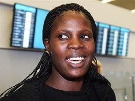 Na Rose čekali na letišti lidé z neziskovky i její adoptivní rodiče.